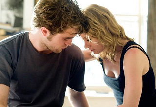 Robert Pattinson & Emilie de Ravin in 'Remember Me'